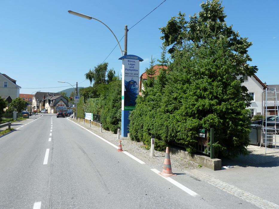 Adamhof, Werbepylon - Strasse